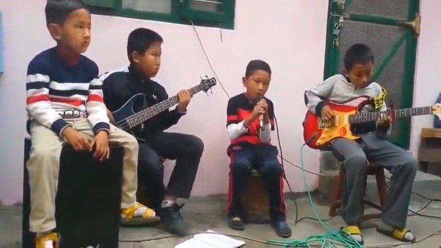 佛系主唱,厌世鼓手,灵魂贝斯,还有一个蒙圈的吉他手!