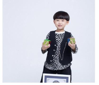 易烊千玺7岁弟弟,开创魔方新纪录,网友喊话妈妈出育儿宝典!