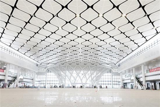 把城市特色融入站房设计,将江门地方景观与侨乡文化展示得淋漓尽致 江门站侨乡文化韵味浓
