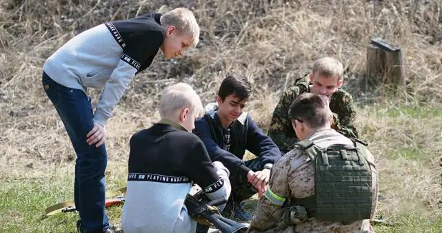 普京让世界明白俄罗斯不好惹,战斗精神从娃娃抓起,民众从不畏战