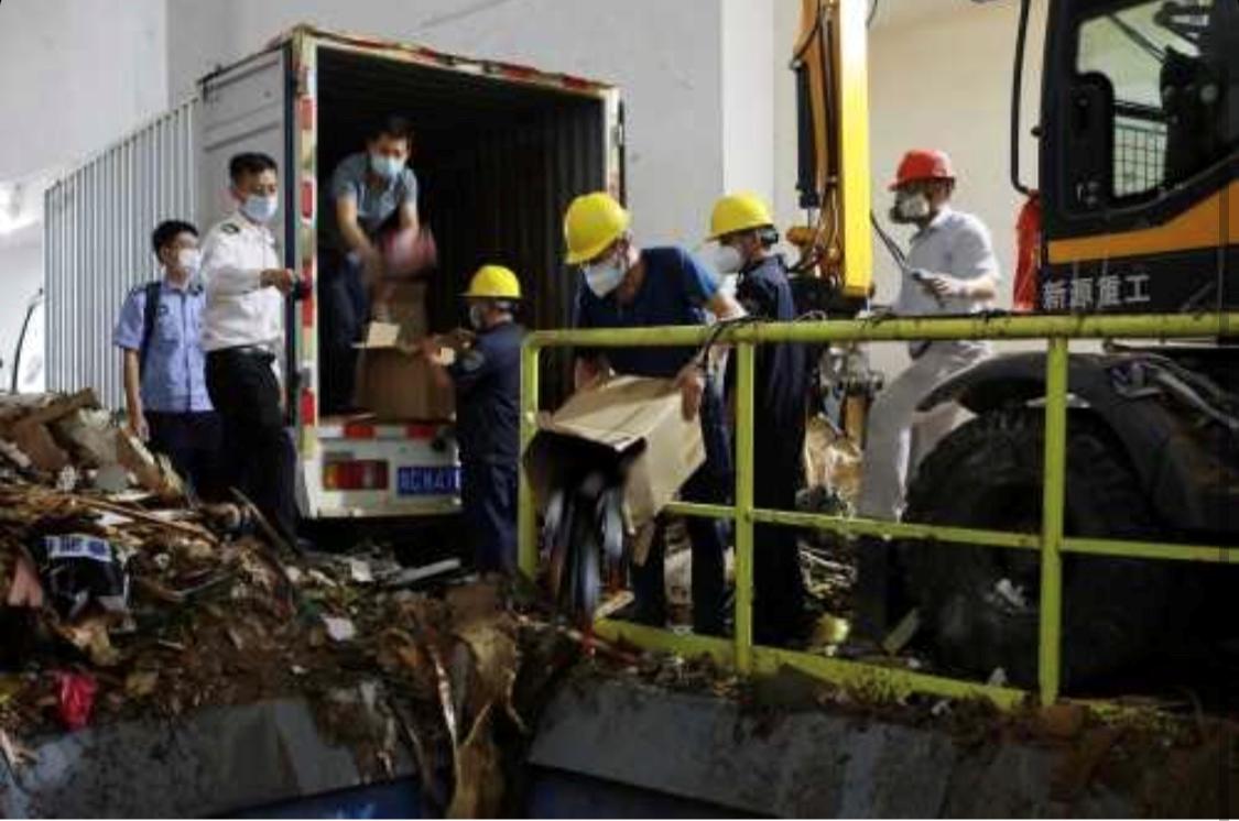 珠江拱北海关销毁8203瓶走私酒
