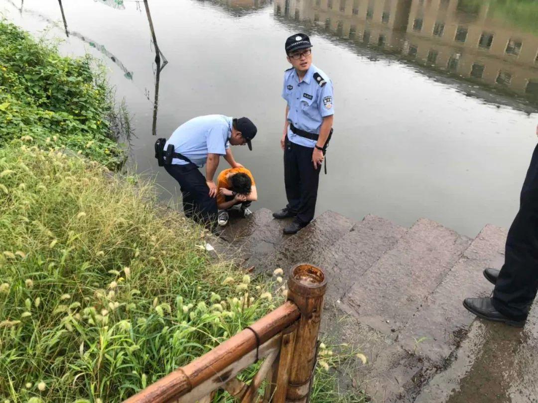 杭州小女孩独自蹲在河边哭原因令人心酸 结局反转