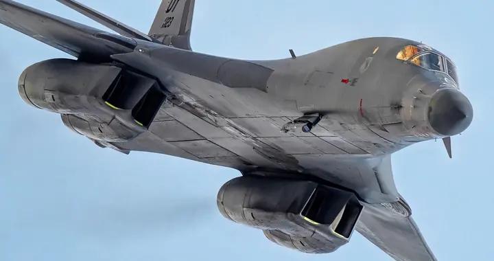 美军核轰逼近挑衅,苏35战斗机升空锁定目标,俄军:敢来就敢打