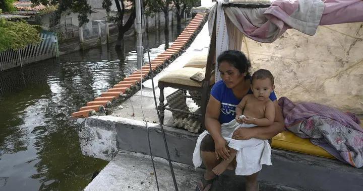 委内瑞拉暴雨引发洪灾 民众躲屋顶上避难