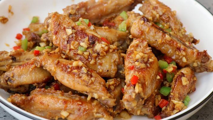 蒜香鸡翅的做法,蒜香入味,学会这么做你就是家里的大厨