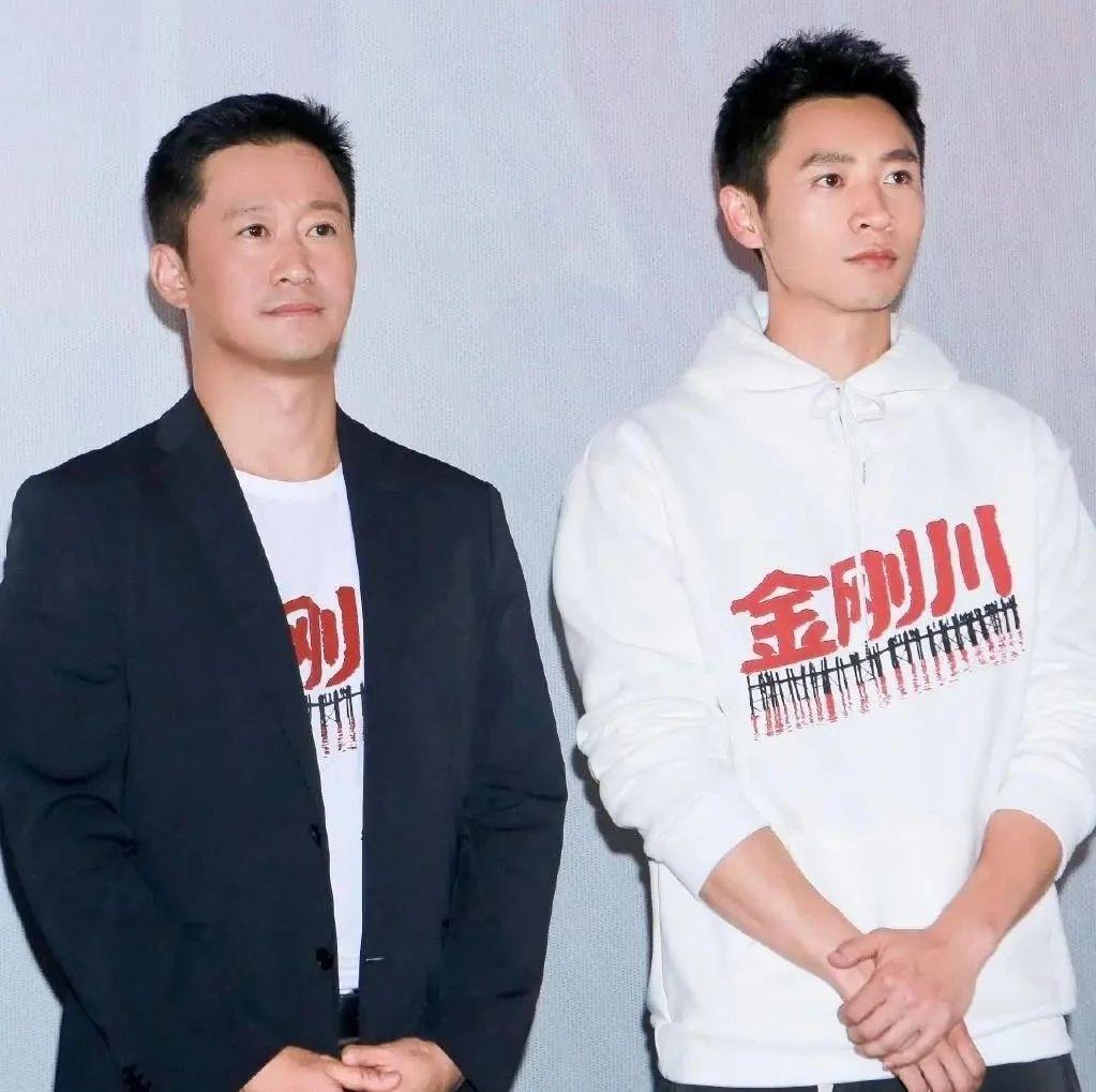 吴京帅回来了,黑西装白T恤简洁干练,英俊脸庞不输小12岁魏晨