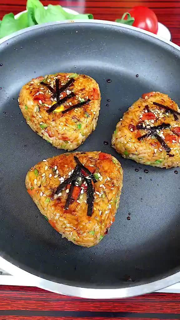 剩米饭不用炒着吃,还可以做成美味的饭团,好看又好吃……