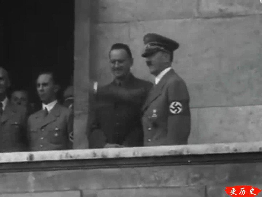 1936年,德国柏林,希特勒沿着人山人海的街道接受人们的欢呼