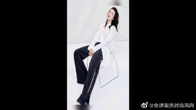 王鸥白色打底衫搭配条纹裤腿裤,清冷贵气气质绝了……