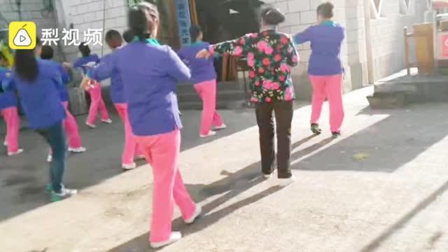 贵阳一老人葬礼上,舞蹈队在殡仪馆前跳广场舞
