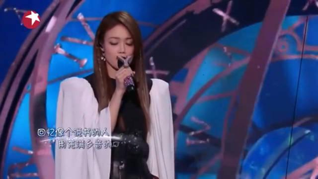 希林娜依高跟容祖儿合唱《小小》完全不一样的感觉!