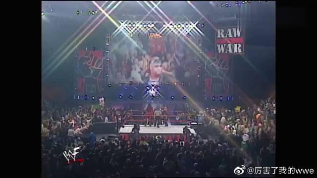 WWE:HHH被毁灭兄弟和强森合伙欺负……