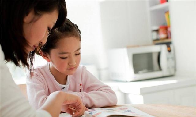 妈妈辅导孩子写作业,最后妈妈被气哭,儿子被训哭,网友:太难了