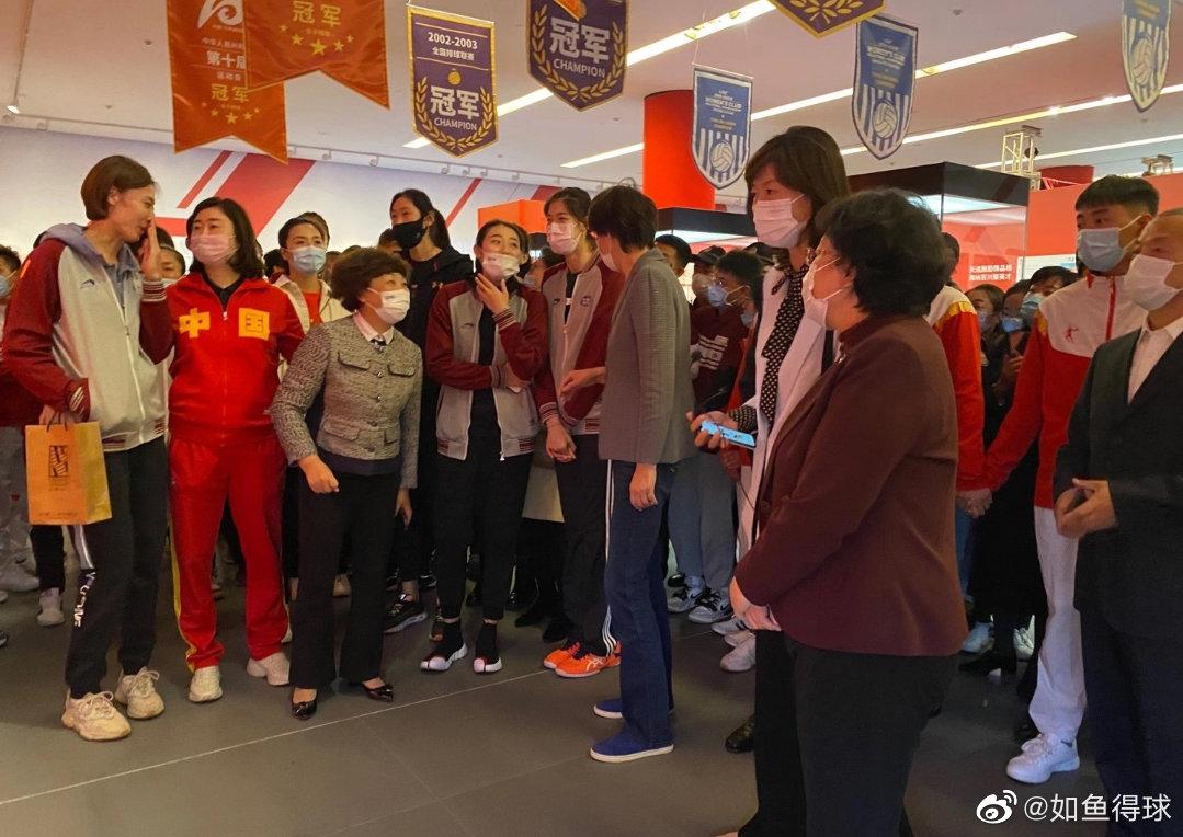 中国女排几代人同框!郎平与朱婷亲密挽手,三位奥运冠军当讲解