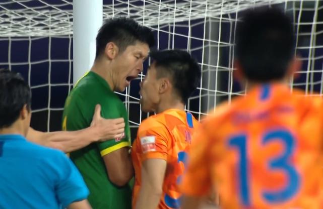 山东鲁能再遇争议判罚,赛后向球迷致谢,球迷情绪激动:退赛吧