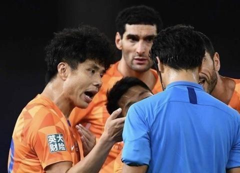 马宁确定执法上海德比!名记:不适合!曾向申花出3红牌致0-5上港