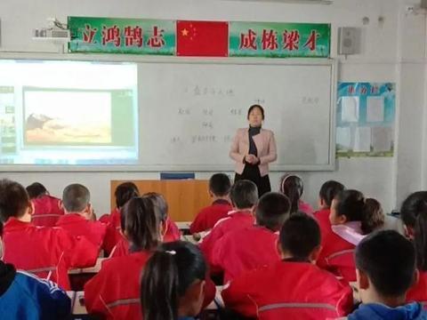 """东方红小学开展""""同课异构""""听评课教研活动"""