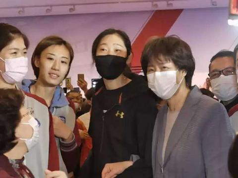 郎平对朱婷真好,与朱婷一起参观天津美术馆,魏秋月当解说!