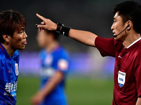 马宁与上海德比的恩怨情仇:3红9黄引关注 遭申花球员围攻
