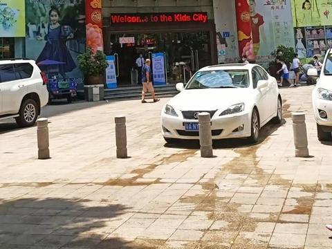 广州荔湾富力童装批发市场,生意惨淡十室九空
