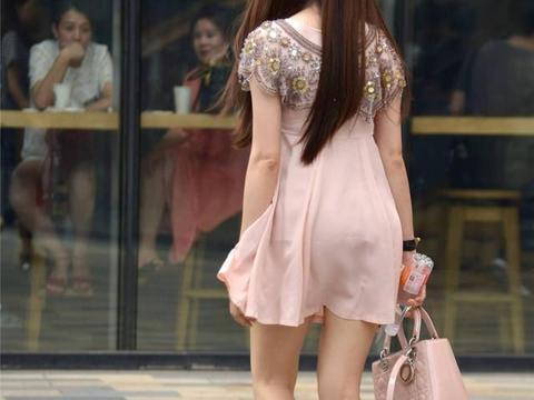 浅粉色雪纺连衣裙,搭配银色尖头细跟鞋,10厘米的高度显气质