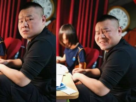 岳云鹏的教育初心值得肯定,陪孩子在客厅睡觉,一家人生活接地气