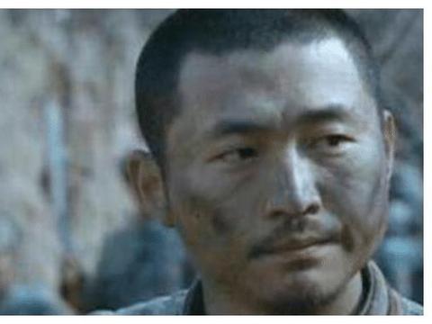 《亮剑》后15年,张大彪沉迷书法,李云龙穿拖鞋街边吃小龙虾!