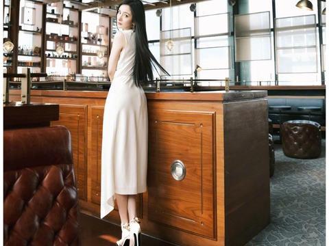 杨幂壁纸:白裙飘飘搭配黑长直的幂幂,是温柔优雅的仙女啊