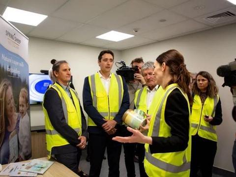 新西兰总理访问绵羊奶粉品牌Spring Sheep鲜奶处理中心