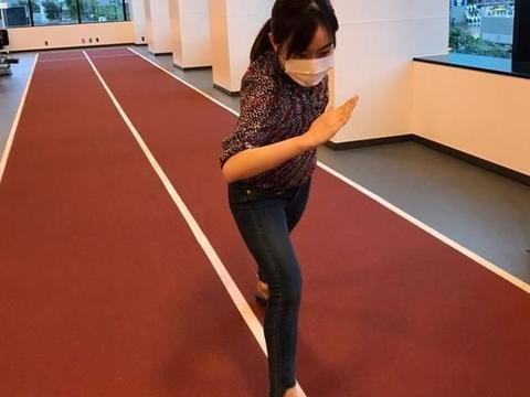 石川佳纯带干粮来了!登机前的一个小举动,有点儿不符合防护要求