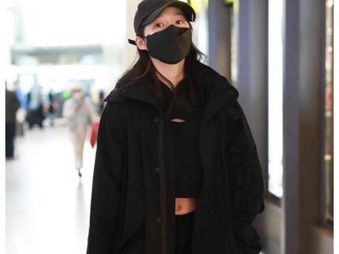 关晓彤现身机场,穿露脐装大长腿太吸睛,戴鹿晗同款帽子秀恩爱