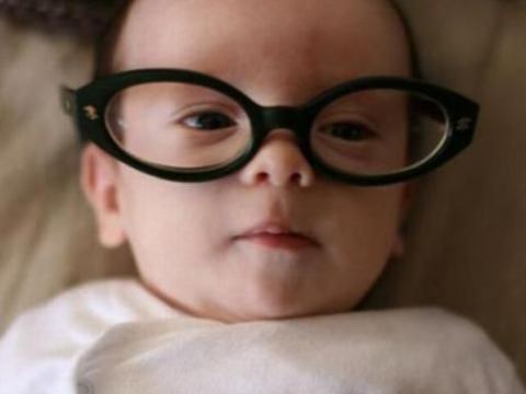 婴儿身边的三个常见物,会影响其视力发育,父母发现后需尽快拿走