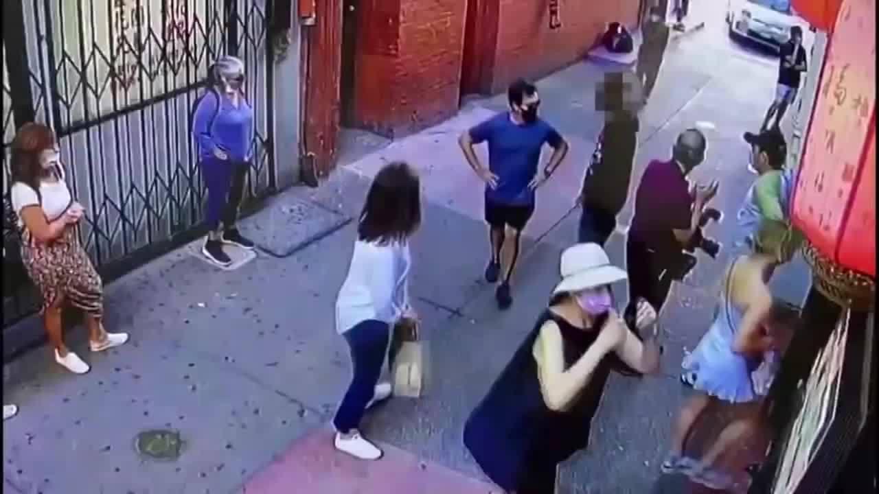 黑人男子无故推搡华裔游客 华人店主亮枪吓跑闹事者