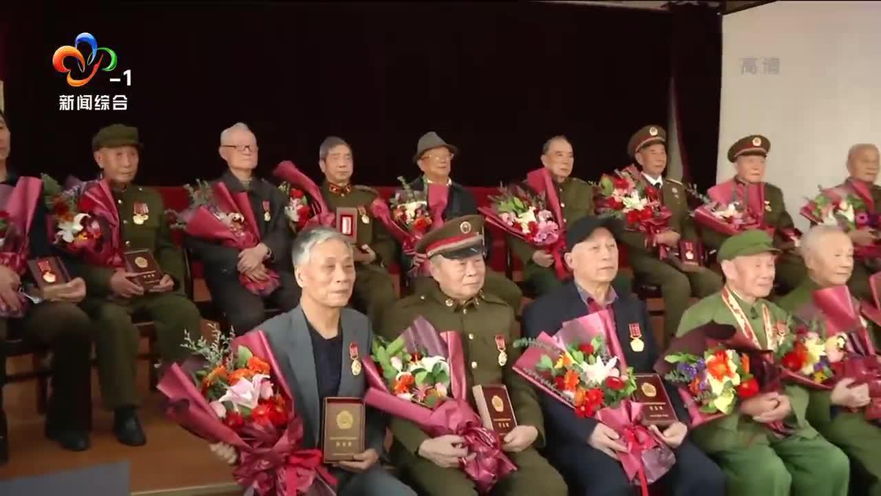 抗美援朝老战士获颁纪念章(二合一)