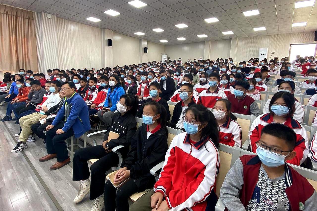 武汉市青山区白玉山中学,举办抗疫思政课讲座,弘扬精神