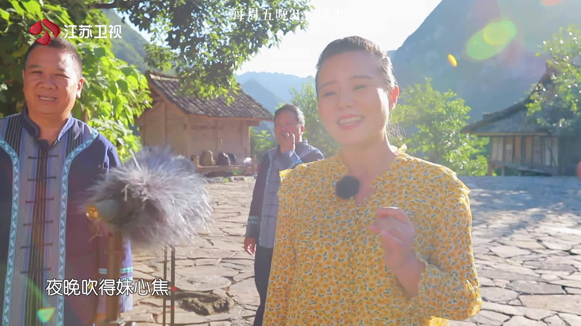 田野边,自然里,@龚琳娜 和布依族的村民们共同唱起地道盘歌……