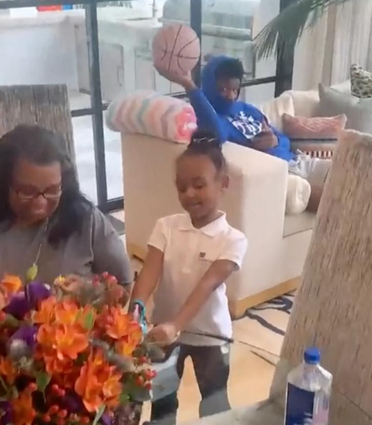 詹姆斯為六歲女兒慶生,小公主被逗樂,注意旁邊的Bronny,已變回小乖乖!(影)-黑特籃球-NBA新聞影音圖片分享社區
