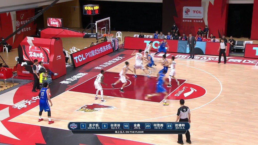 出手就有!@天津荣钢篮球俱乐部 球员孟子凯弧顶接球……