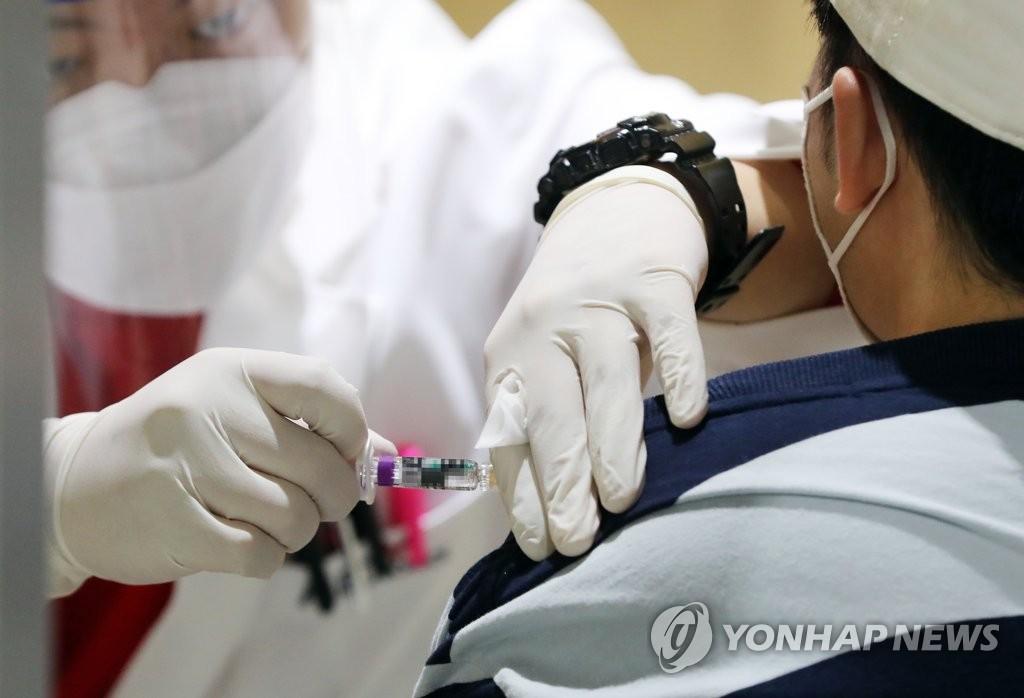 韩国首尔一位市民在接种流感疫苗图源:韩联社