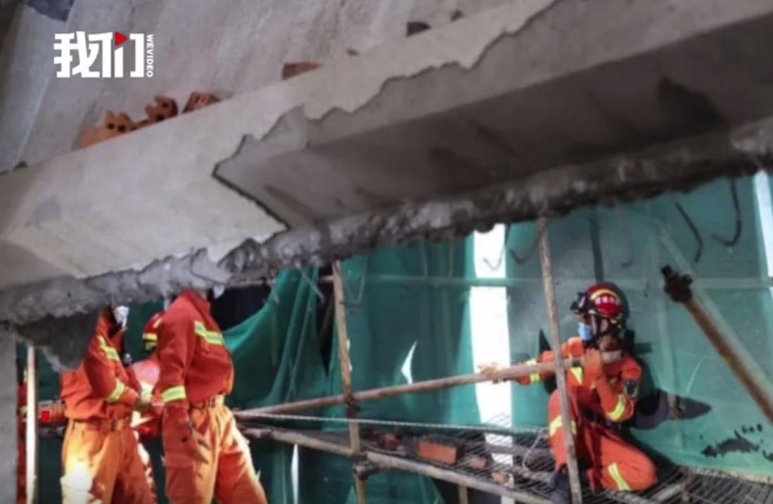 厦门一在建别墅外墙坍塌埋3人,消防员贴近墙体破拆救援图片