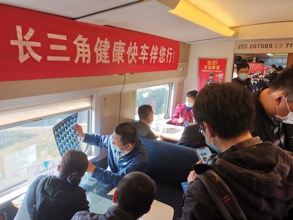"""22位上海知名医疗专家坐诊高铁车厢 """"长三角健康快车伴您行""""义诊活动今启程"""