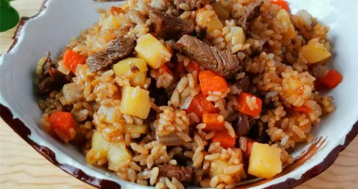 霜降节气,吃羊肉补身体,用电饭煲在家做羊肉焖饭,饭菜一锅出