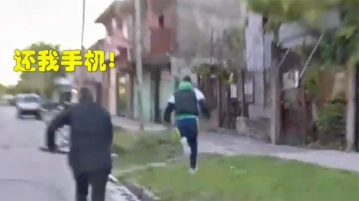 直播时一男子窜进镜头抢了手机就跑,阿根廷记者手持话筒追赶