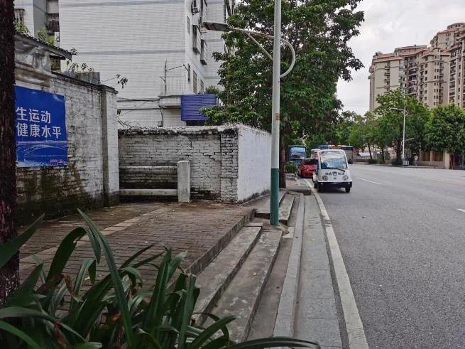 新闻追踪:清碧路海逸华庭C区门前人行路堵塞问题得到解决|党报热线