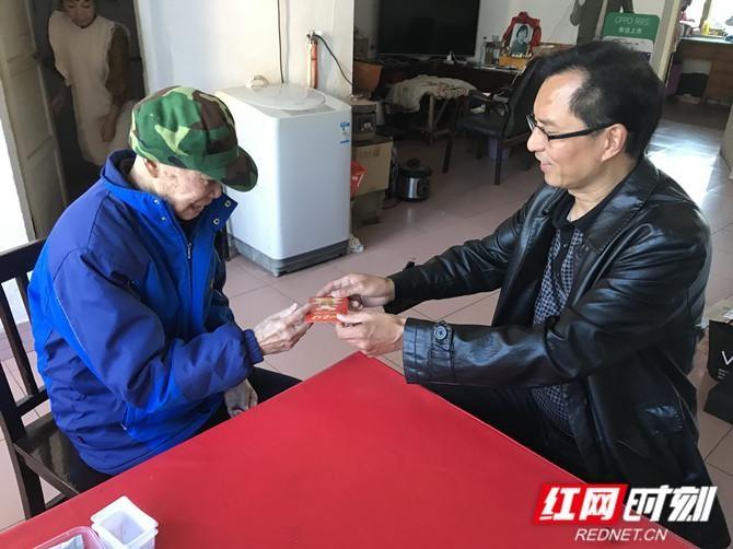 新邵县委编办重阳节前夕走访慰问老干部