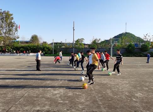 坚持就是胜利——中江县通济镇中乡村少年宫足球班开班