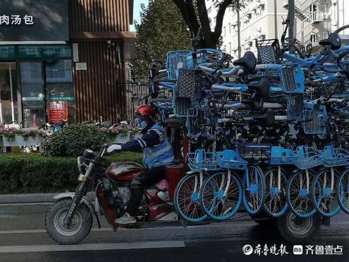 多图!泉城路周边人行道停满非机动车,共享单车正抓紧疏散