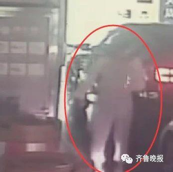 教科书式自救!被歹徒持刀劫持,女子驾车出车库口时突然猛撞前车...