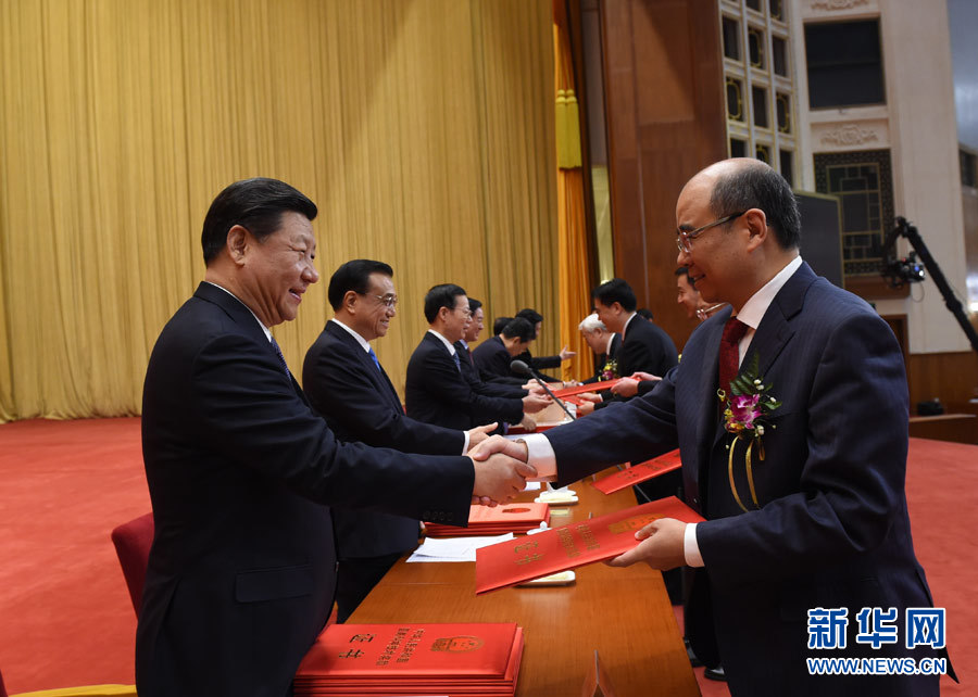 相里斌担当习近平颁奖的照片泛起在新华社的图片报道中