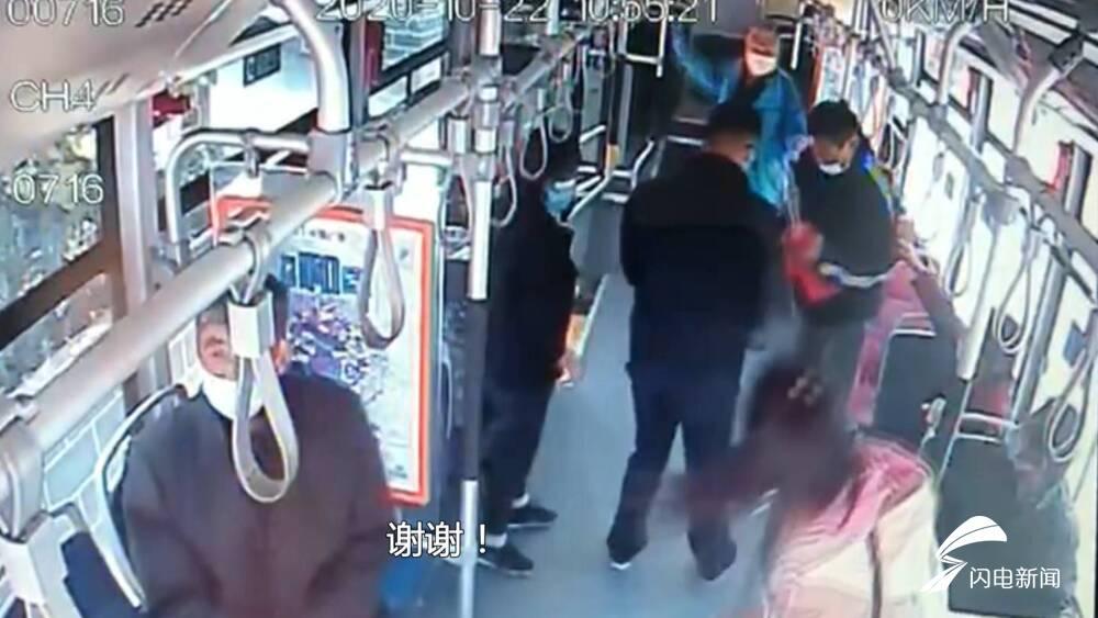 32秒丨济南一老人晕倒车厢受伤出血,公交司机紧急送医